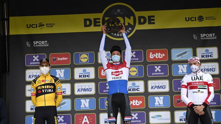 Mathieu Van der Poel sur la première marche du podium devant Wout Van Aert et Alexander Kristoff. (DIRK WAEM / BELGA)