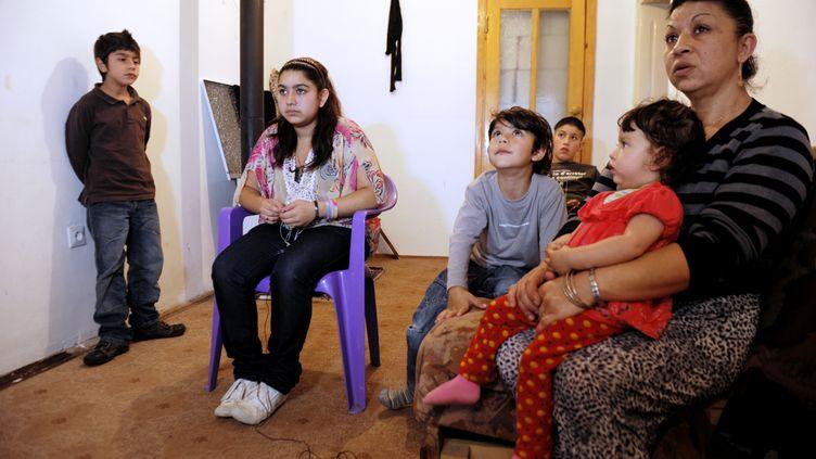 Leonarda Dibrani (2e à gauche) et sa famille, à Mitrovica (Kosovo), le 16 octobre 2013. (ARMEND NIMANI / AFP)