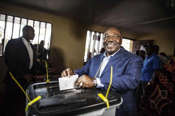 Ali Bongo dans un bureau de vote de Libreville, le jour de l'élection présidentielle au Gabon, le 27 août 2016. (MARCO LONGARI / AFP)