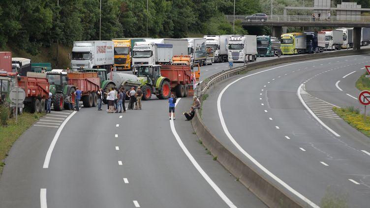 Des éleveurs bloquent le périphérique de Caen, le 20 juillet 2015. (CHARLY TRIBALLEAU / AFP)