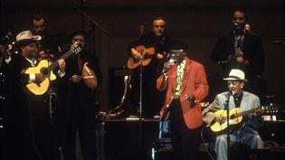 Le Buena Vista Social Club sur la scène du Carnegie Hall, en juillet 1998. (EBET ROBERTS / REDFERNS VIA GETTY IMAGES)