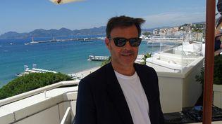 Le rréalisateur François Ozon le 6 juillet 2021 sur la terrasse Albane à Cannes. (LCA / FRANCEINFO CULTURE)