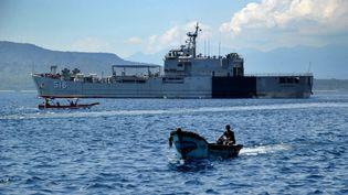 Un navire de la marine indonésienne quittele port deTanjungwangi (Indonésie), le 25 avril 2021. (SONNY TUMBELAKA / AFP)
