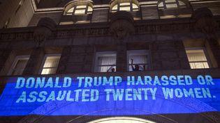 """Message anti-Trump sur la façade de son hôtel à Washington : """"Donald Trump a harcelé ou agressé vingt femmes"""" (30 janvier 2018)  (Andrew Caballero-Reynolds / AFP)"""