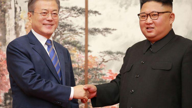 Le président sud-coréenMoon Jae-in (à gauche) et le dirigeant nord-coréen Kim Jong-un, le 19 septembre 2018 lors d'un sommet à Pyongyang. (KCNA VIA KNS / AFP)