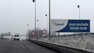 Un panneau de la SANEF souhaite la bonne route aux conducteurs de l'autoroute A320, à hauteur de Freyming-Merlebach. (ALEXANDRE MARCHI / MAXPPP)