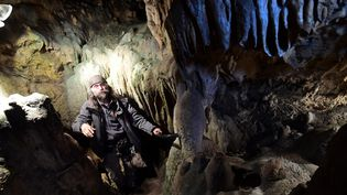 L'archéologue belge Christian Casseyas dans l'une des grottes de Goyet, le 19 décembre 2016  (Emmanuel Dunand / AFP)