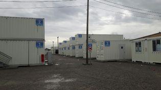 """En novembre 2016, un mois après le démentèlement et l'évacuation, les 125 containers vides du centre d'accueil provisoire de la """"jungle"""" de Calais (RADIO FRANCE / JÉRÔME JADOT)"""