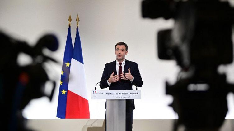 Le ministre de la Santé, Olivier Véran, le 18 mars 2021 à Paris. (MARTIN BUREAU / AFP)