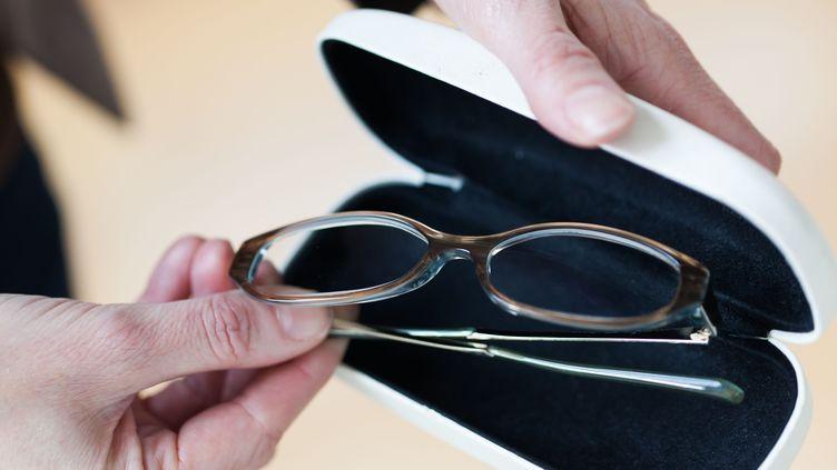 La loi sur la consommation débattue à l'Assemblée lundi 16 décembre comprend notamment l'autorisation de la vente des lunettes et des lentilles de contact sur internet. (GARO / PHANIE / AFP)
