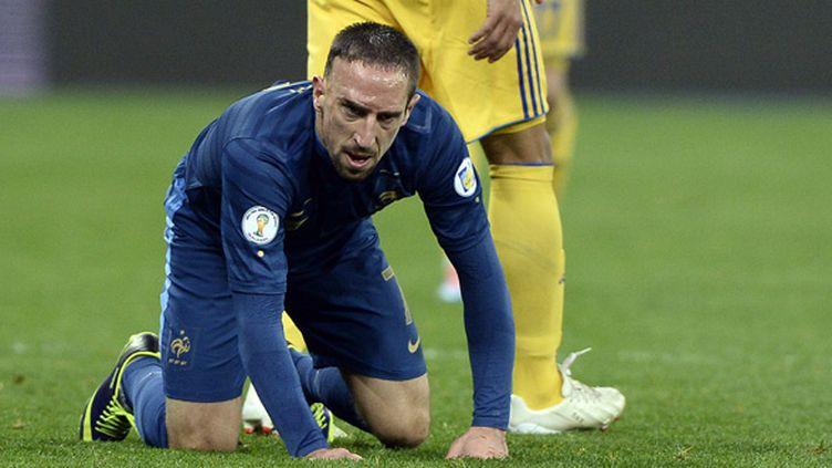 Franck Ribéry, aux pieds des Ukrainiens.  (FRANCK FIFE / AFP)