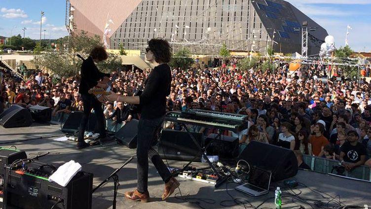 Le groupe Temples sur la scène extérieure de This is Not a Love Song 2014, avec le bâtiment de la SMAC Paloma au fond.  (TINALS)