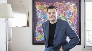Guillaume Musso, romancier, chez lui devant la toile d'un graffeur americain. (ARNAUD DUMONTIER / MAXPPP)