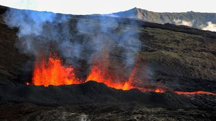Le Piton de la Fournaise en éruption, le 3 avril 2020, à La Réunion. (RICHARD BOUHET / AFP)