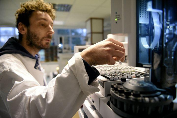 Un technicien en train de travailler sur des échantillons dans le laboratoire antidopage de Châtenay-Malabry en 2015. (FRANCK FIFE / AFP)