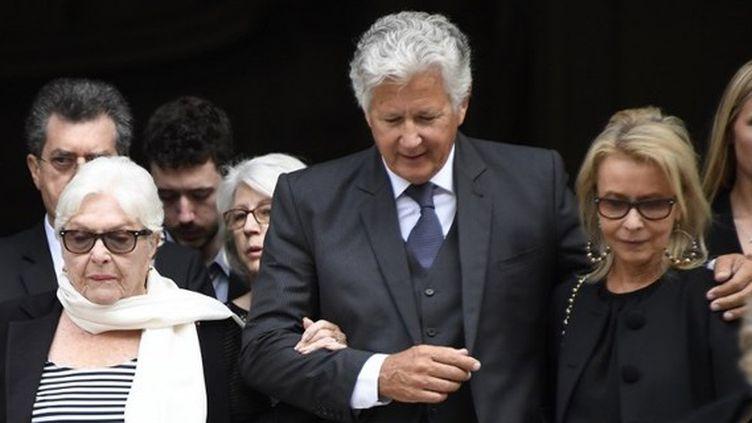 Line Renaud, le fils de Pierre Bellemare, Pierre Dhostel, et son épouse Carole, aux obsèques de Pierre Bellemare à Paris, le 31 mai 2018. (BERTRAND GUAY / AFP)