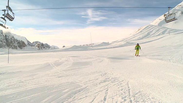 Un skieur sur un itinéraire de ski de randonnée à Tignes. (FRANCEINFO)