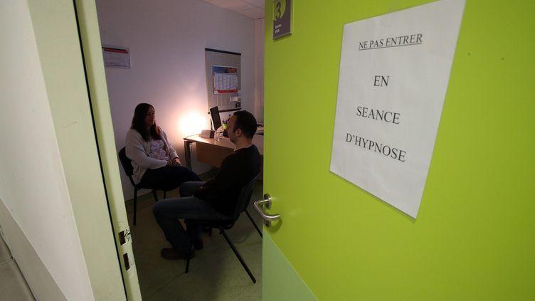 Une séance d'hypnose thérapeutique à l'hôpital de Calais, en novembre 2016. (MAXPPP)