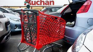 Presque 800 emplois sont sur la sellette chez le distributeur Auchan. (PHILIPPE HUGUEN / AFP)