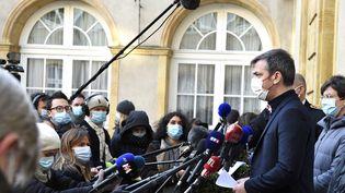 Le ministre de la Santé, Olivier Véran, s'exprimesur la situation sanitaire en Mosellelors d'une visite à Metz, le 12 février 2021. (JEAN-CHRISTOPHE VERHAEGEN / AFP)