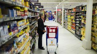 Un client dans un supermarché deSainte-Geneviève-des-Bois (Essonne), le 14 juin 2013. (FRED DUFOUR / AFP)
