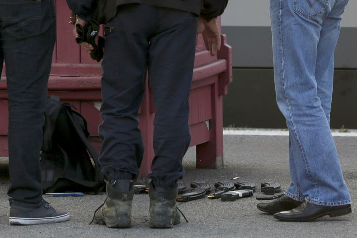 Des munitions au sol, en gare d'Arras (Pas-de-Calais), où a été interpellé l'homme qui a attaqué un Thalys, vendredi 21 août 2015. (PASCAL ROSSIGNOL / REUTERS)