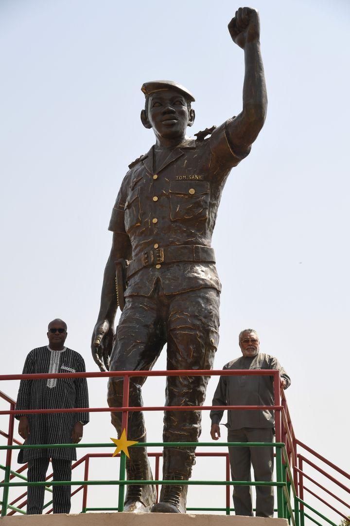 L'ancien président du Ghana, Jerry Rawlings (à droite) et le président du Burkina Faso, Roch Marc Christian Kabore (à gauche), sous la statue de bronze de l'ancien président du Burkina Faso, Thomas Sankara, lors del'inauguration de son mémorial à Ouagadougou le 2 mars 2019. (ISSOUF SANOGO / AFP)