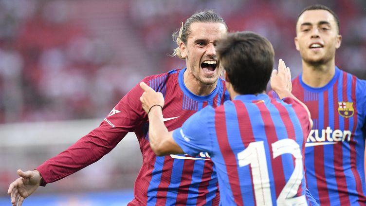 Antoine Griezmann et Riqui Puig lors du match amical face à Stuttgart, en Allemagne, le 31 juillet 2021. (THOMAS KIENZLE / AFP )