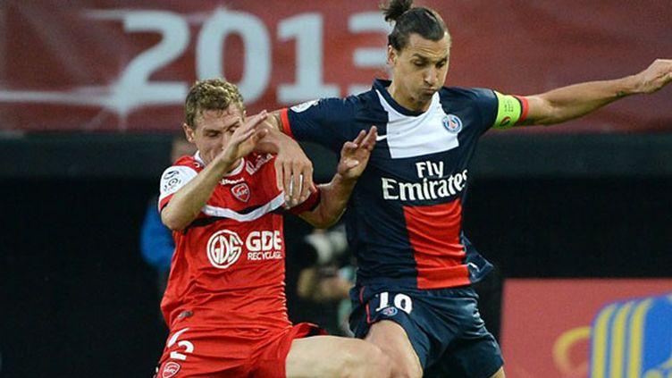 Le défenseur valenciennois Ducourtioux au duel avec Ibrahimovic au match aller