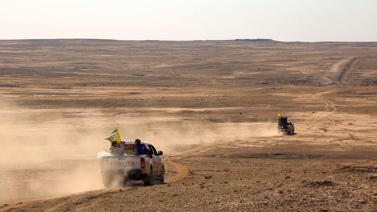 Des combattants des Forces démocratiques de Syrie, une coalition dont font partie les Unités de protection du peuple kurdes, roulent dans la province syrienne d'Hassaké, le 2 novembre 2015. (DELIL SOULEIMAN / AFP)
