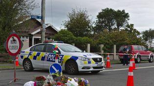 Des fleurs sont déposées devant les lieux d'une attaque à Christchurch (Nouvelle-Zélande), le 16 mars 2019. (PETER ADONES / ANADOLU AGENCY / AFP)