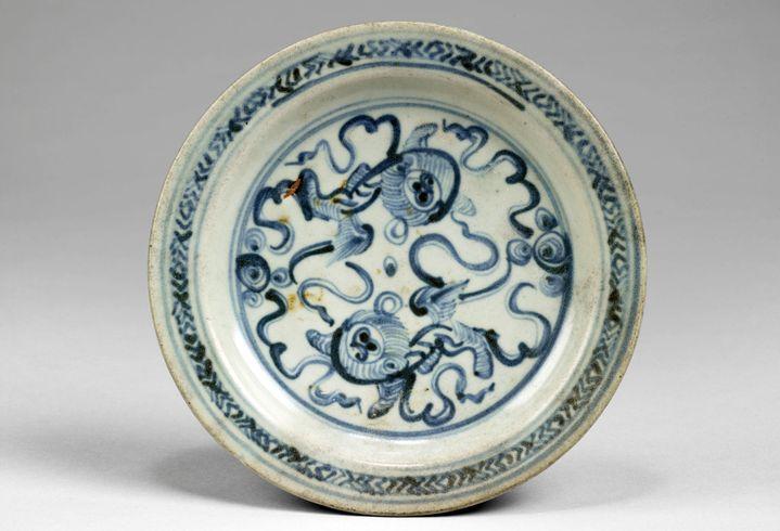 Assiette de porcelaine fabriquée en Chine (15e siècle ?) trouvée à Madagascar  (musée du quai Branly - Jacques Chirac, photo Claude Germain)