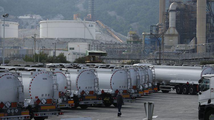 Des manifestants contre les ordonnances sur la réforme du Code du travail bloquent l'accès à la raffinerie Total de la Mède (Bouches-du-Rhône), le 25 septembre 2017. (MAXPPP)