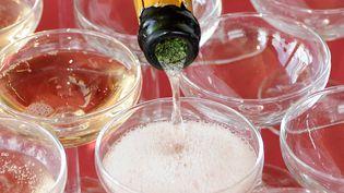 Des coupes de champagne sont remplies. (MAXPPP)