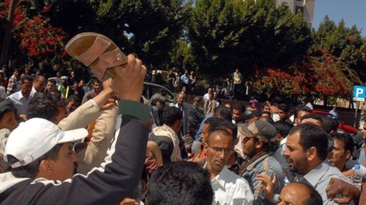 Yémen: heurts entre opposants et partisans du régime, à Sanaa le 29 janvier 2011 (AFP/GAMAL NOMAN)