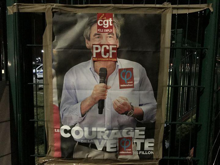 Une affiche de François Fillon avec des autocollants de militants CGT à Compiègne (Oise). (ROBIN PRUDENT / FRANCEINFO)