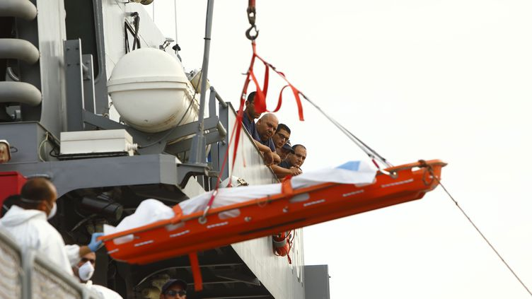 Les forces armées maltaises remontent le corps d'un migrant, samedi 12 octobre après le naufrage d'un bateau la veille au large de l'île. (DARRIN ZAMMIT LUPI / REUTERS)