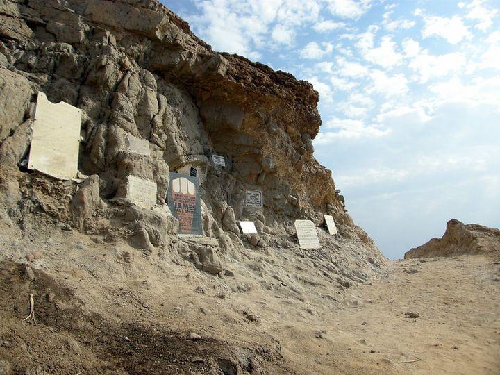 Des plaqus à la mémoire des plongeurs décédés dans le gouffre. (Matt Kieffer/Creative commons)