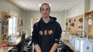 Olivier, 23 ans, en formationdans au L@Bo, le fab lab de Fourmies (Nord) (MANON MELLA / FRANCEINFO)