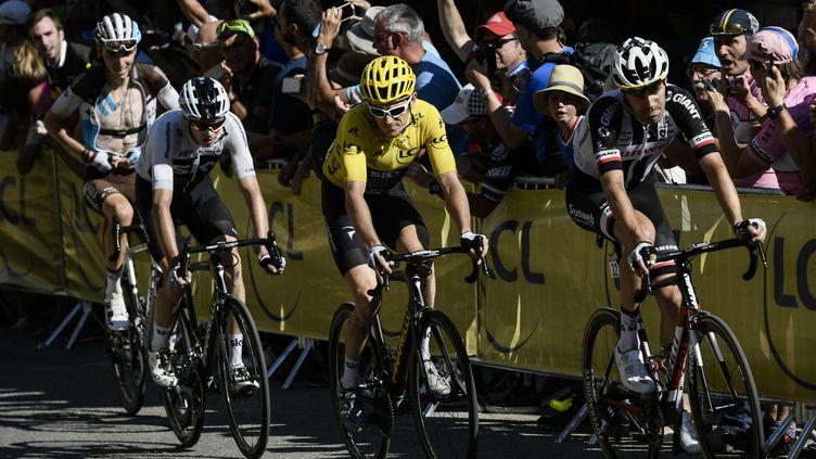 Les coureurs du Tour de France dans le dernier kilomètre avant l'arrivée à l'Alpe d'Huez, le 19 juillet. (PHILIPPE LOPEZ / AFP)