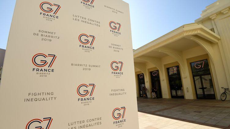 Le logo du G7 à côté du Casino de Biarritz (Pyrénées-Atlantiques). (BERTRAND GUAY / AFP)