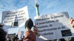 Des personnes manifestent contre l'Etat d'urgence place de la Bastille le 22 novembre 2015. (MICHAEL BUNEL / NURPHOTO)