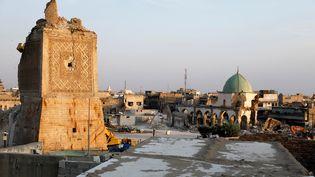 """Vue générale des décombres de lamosquée al-Nouri de Mossoul (Irak), prise en photo le 27 octobre 2017. C'est là qu'Abou Bakr Al-Baghdadi a annoncé la création du """"califat"""" de l'Etat islamique. (ABDULLAH RASHID / REUTERS)"""