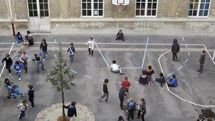Des enfants jouent dans une cour de récréation à Paris, en octobre 2013. (THOMAS SAMSON / AFP)