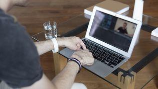 Un homme sur un ordinateur. (DAVID WOOLFALL / PHOTOGRAPHER'S CHOICE / GETTY IMAGES)