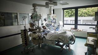 Un patient atteint du Covid-19 dans le service réanimation del'Institut mutualiste Montsouris à Paris, le 6 mai 2021. (ANTONIN BURAT / HANS LUCAS / AFP)