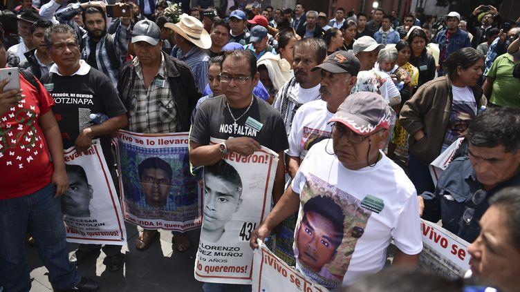 Les parents et proches des 43 étudiants ont manifesté mercredi 26 septembre pour réclamer justice. (RODRIGO ARANGUA / AFP)