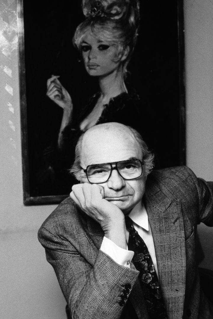 Jacques Dessange en 1991 avec, derrière lui, le portrait de Brigitte Bardot coiffée par ses soins. (JOHN VAN HASSELT - CORBIS / CORBIS ENTERTAINMENT)