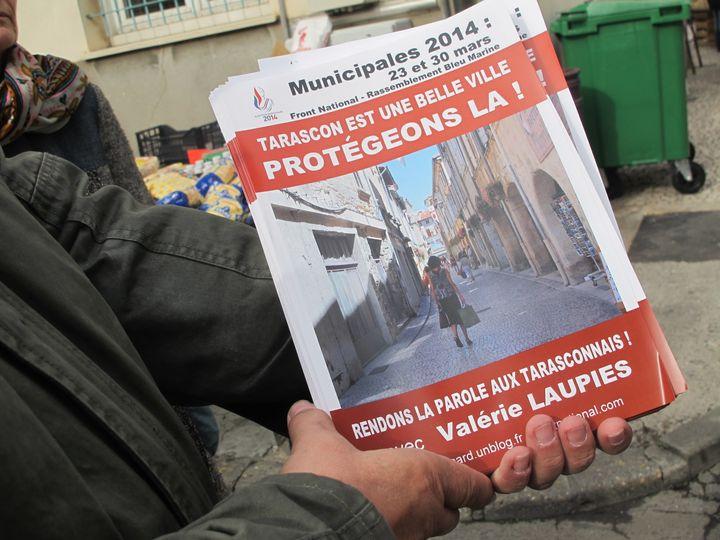 Un tract du FN distribué sur le marché de Tarascon, le 18 février 2014. (BASTIEN HUGUES / FRANCETV INFO)