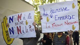 Manifestants contre Marine Le Pen et le Front National à Paris le 24 avril 2017 place de la République. (LIONEL BONAVENTURE / AFP)